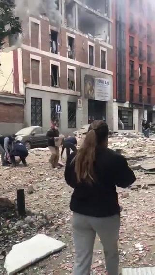 Ciudadanos ayudan a quitar escombros tras fuerte explosión en el centro de Madrid