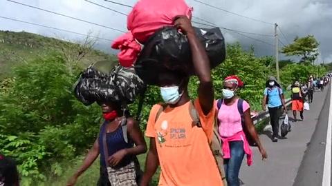 Policía hondureña frena migración de africanos, haitianos y cubanos hacia México