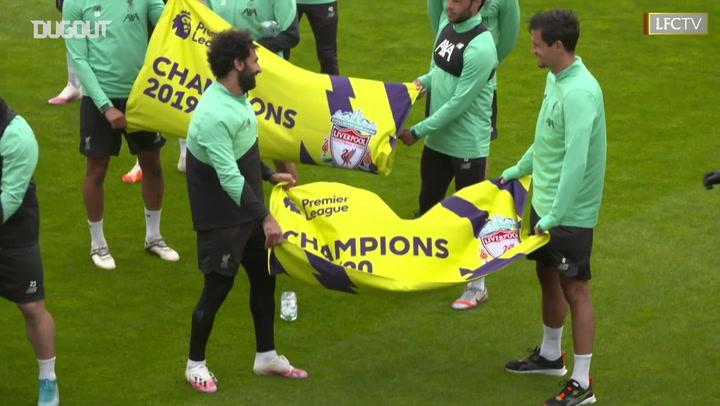 Elenco do Liverpool exibe bandeiras em alusão ao título inglês