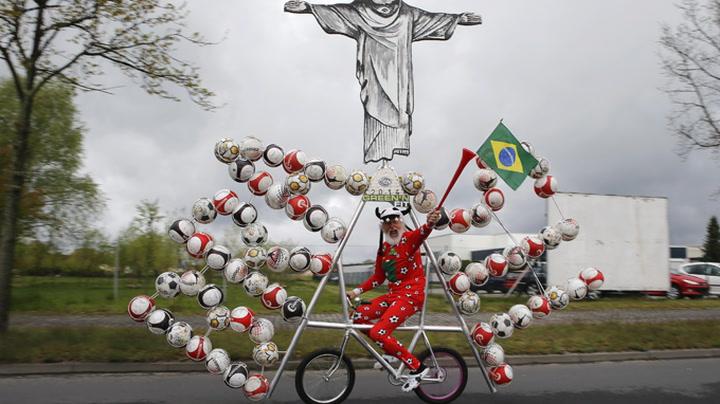 Ellevill fotballsykkel på vei til Brasil