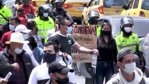 Cientos de personas en quiebra por la pandemia protestan contra confinamiento en Colombia