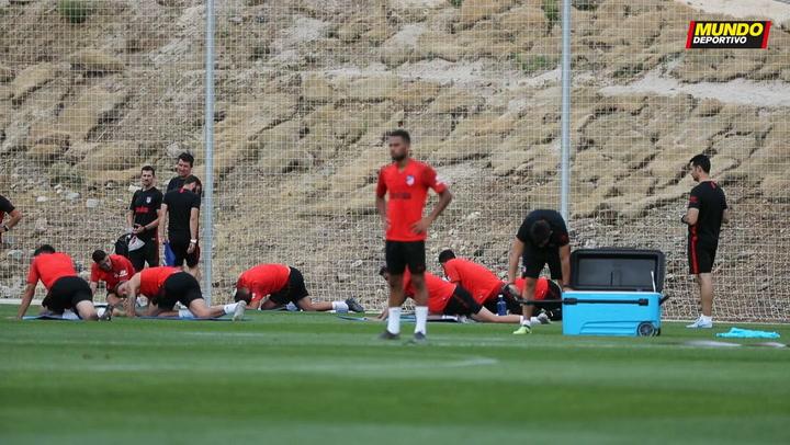Simeone charla con Lodi al finalizar el entrenamiento del Atlético