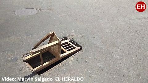 Colocan silla como señal de peligro en enorme agujero en el puente Soberanía