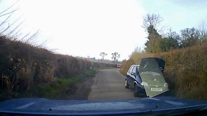 Får panikk når bilisten kjører i full fart med panseret oppe