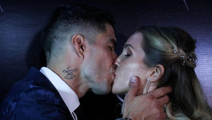 Luis Suárez y Sofía Balbi se besan tras renovar sus votos
