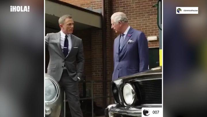 Carlos de Inglaterra, todo un agente 007 mano a mano con Daniel Craig