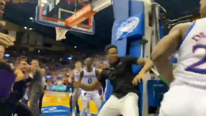 NCAA: el duelo de Kansas acaba en batalla campal