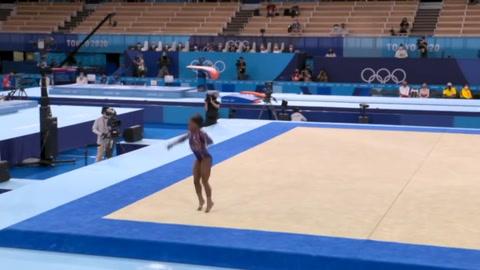 Simone Biles logra el pase a todas las finales pese a errores inhabituales