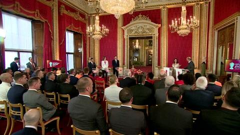 El príncipe Enrique reaparece en público tras sacudir la monarquía británica