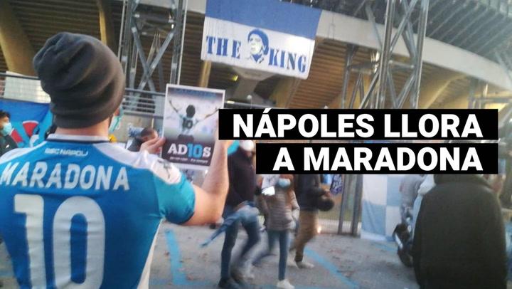 Hinchas italianos rinden homenaje a Diego Armando Maradona