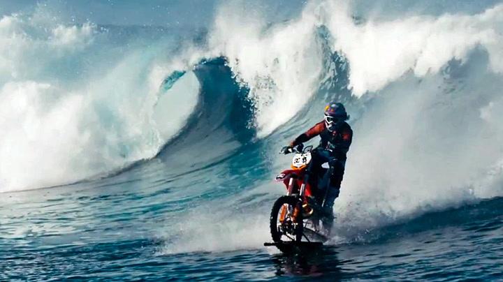 Glem surfebrettet - her surfer han på motorsykkel