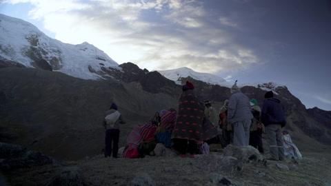 Indígenas bolivianos rezan contra el deshielo en el año nuevo andino