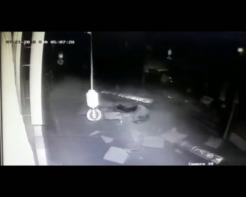 El ladrón mas torpe: se cayó de cabeza del techo