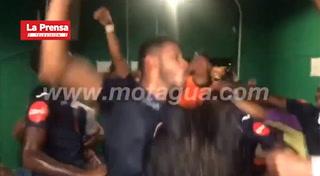 Jugadores del Motagua celebran en el camerino del Yankel con cánticos para Marathón
