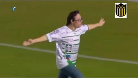 Niño con síndrome de Down anota penal al Peñarol y celebra con todo