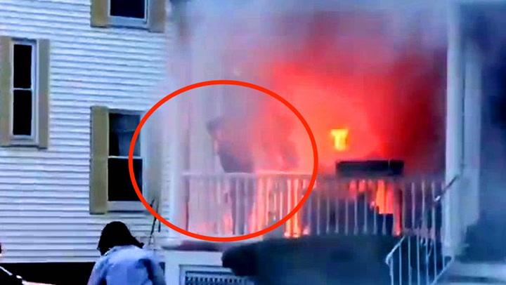 Postbudet redder familien fra flammene