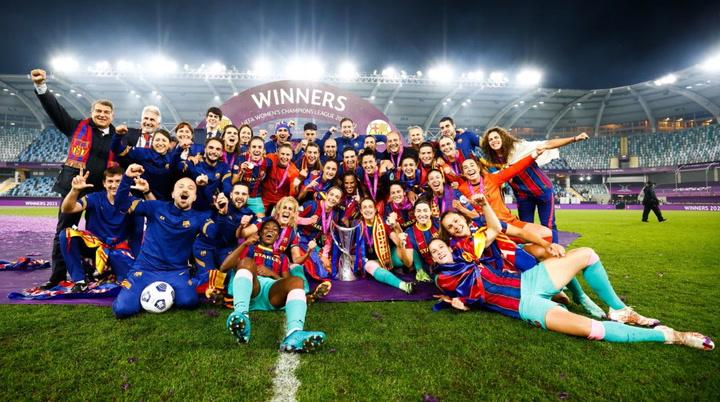 Las jugadoras del Barça celebraron el título sobre el césped de Göteborg