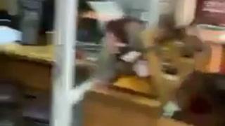 La carrera del personal de AP para huir del edificio que fue bombardeado