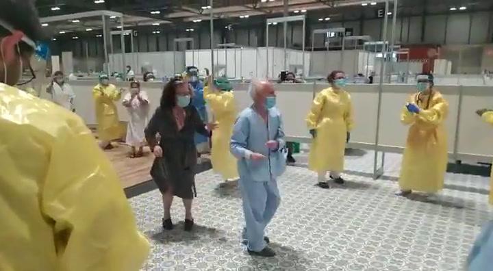 Los sanitarios animan a los infectados de coronavirus asintomáticos en un hospital levantado en IFEMA, Madrid