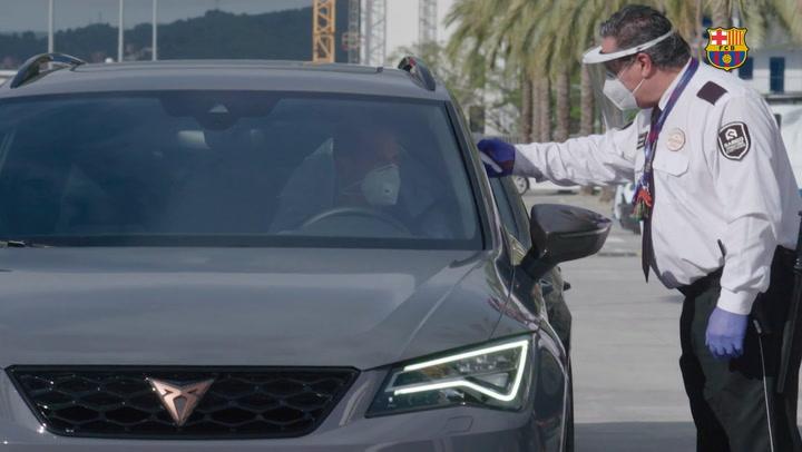 Así desinfectan los coches de los jugadores del Barça mientras se entrenan