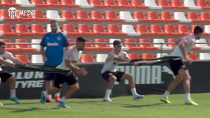 Último entrenamiento del Valencia antes de viajar a Londres