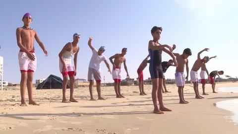 Nadadores gazatíes se entrenan en aguas turbulentas