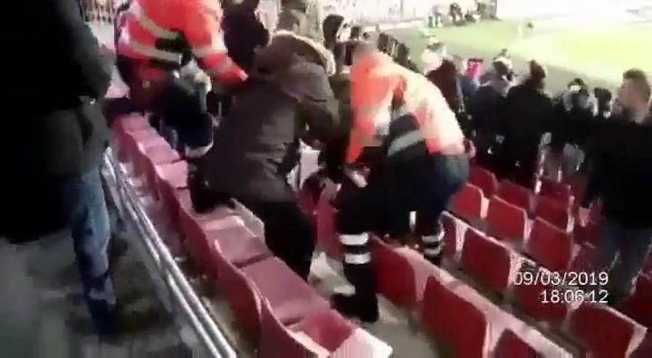 Una mujer herida por petardos durante el partido Sparta Prague-Viktoria Plzen