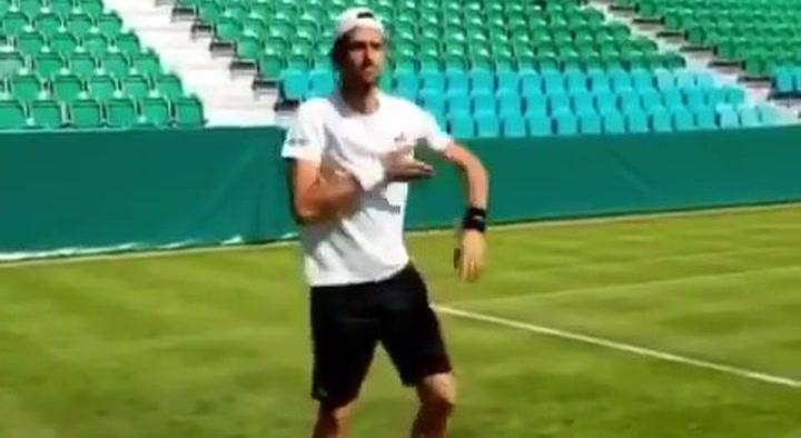 Djokovic enseña al mundo su surrealista ritual para jugar en hierba