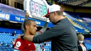 Llegó y era su momento de debutar: La tremenda arenga de Klopp a Thiago Alcántara antes de hacerlo ingresar ante Chelsea