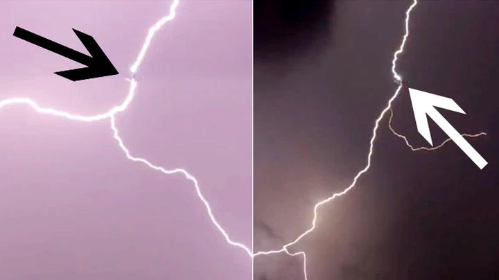Utrolig blinkskudd: Her treffer lynet flyene rett før landing