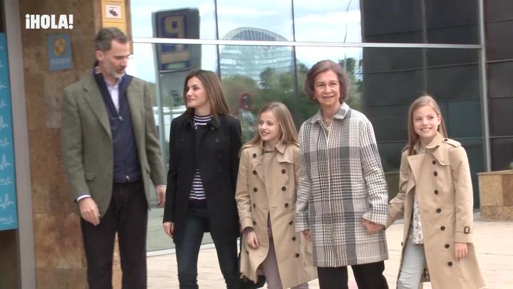 Las muestras de cariño de la princesa Leonor y la infanta Sofía a su orgullosa abuela