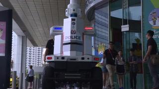 Un llamativo robot patrulla la cumbre de la ASEAN