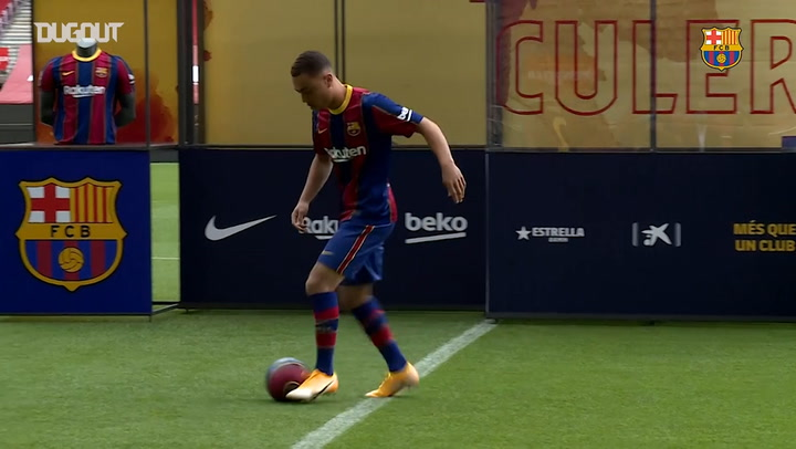 Dest touches the ball at the Camp Nou and makes his first training session