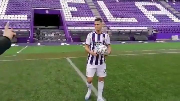 Ben Arfa se niega a tocar la pelota con la cabeza durante su presentación ¡para no despeinarse!