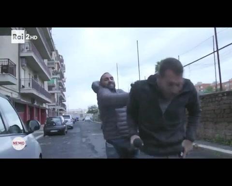 Un video muestra como un mafioso le da una paliza a un periodista
