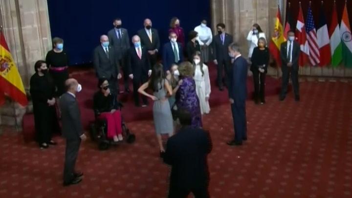 El efusivo reencuentro de doña Sofía con Leonor en la antesala de los Premios Princesa de Asturias
