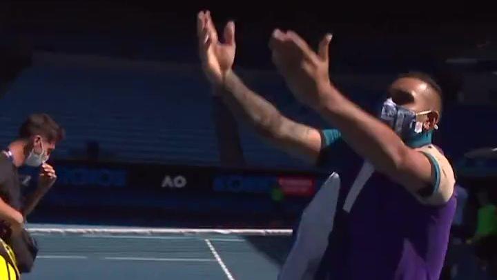 Nick Kyrgios se burla de Novak Djokovic imitándolo