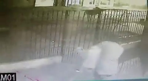 El video del violento robo a dos chicos que entraban a su casa en Capitán Bermúdez