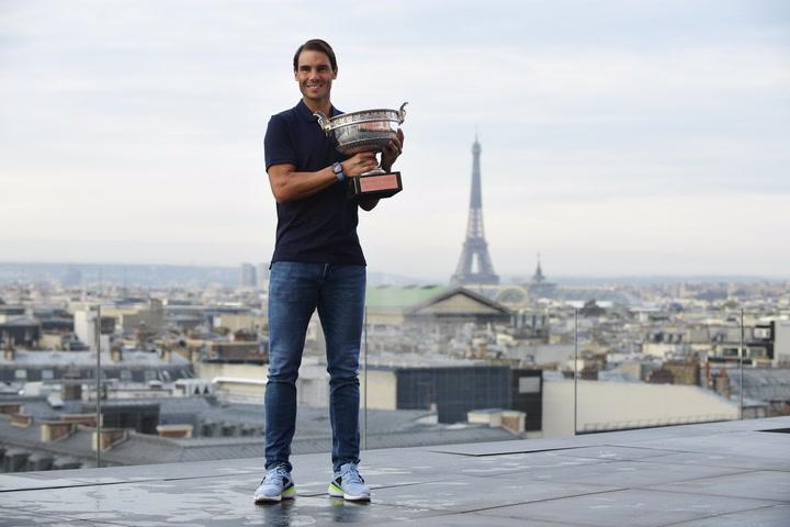 Nadal posa con la Copa de los Mosqueteros en el terrado de las Galerías Lafayette, con la Torre Eiffel de fondo