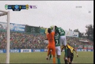 Anulan gol al Marathón por falta contra Roberto López