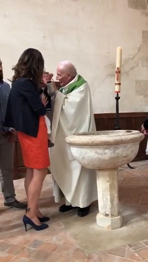 Indignación contra un cura que golpeó a un bebé porque lloraba en medio de su bautismo