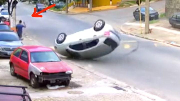 Da bilen velter gir mannen fullstending f...