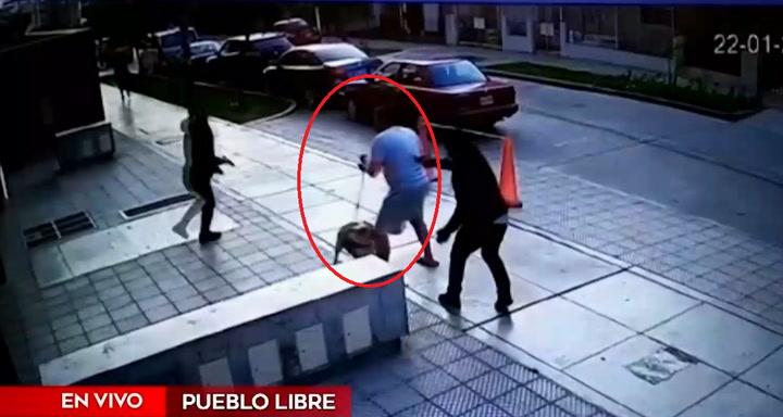 Joven se salva de ser baleado de milagro: cámaras graban impactante asalto | VIDEO