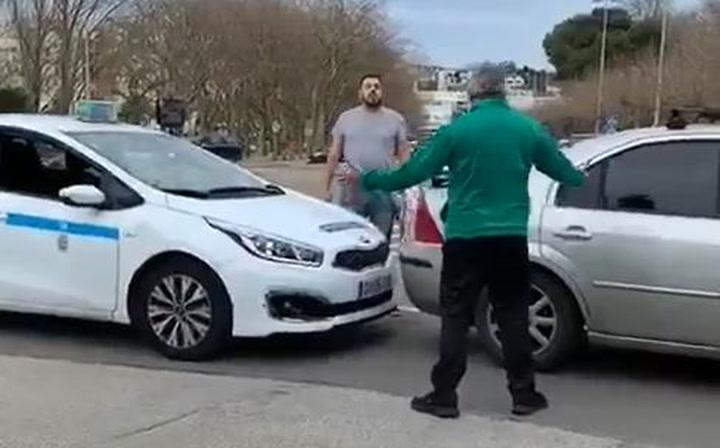 Un taxista y un aficionado del Racing se lían a golpes con sus coches cerca del Sardinero