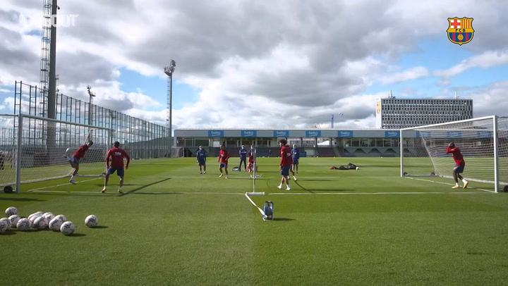 Sesión de fútbol-tenis en el entrenamiento del Barcelona