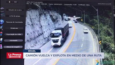 Momento en que un camión vuelca y explota en medio de una ruta en Brasil
