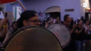Cambian las violentas jornadas de protesta por musicales peticiones de destitución