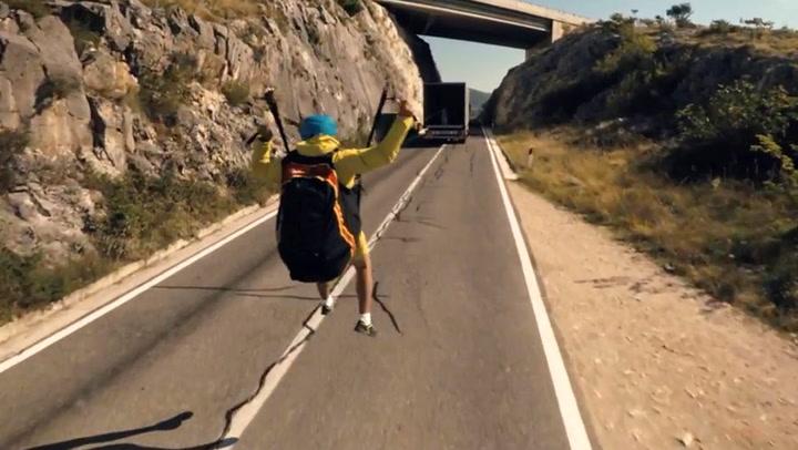 Paraglideren legger livet i lastebilens hender