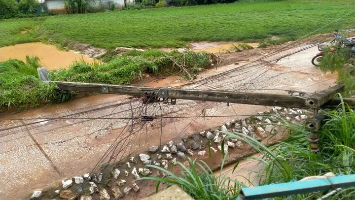 สภาพบ้านเรือน หมู่บ้านกกทอง หลังน้ำป่าซัดถล่ม เสียหายกว่า 100 หลัง