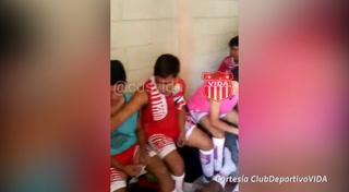 Jugadores de las reservas del Vida usan sanitarios como camerinos en El Biricheche